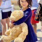 dziewczynka w obozie dla uchodźców na Lesvos przytulająca misia